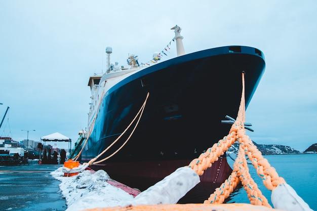 Черно-белая лодка у причала