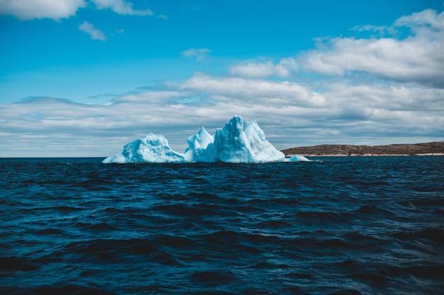 昼間の青空の下で水の体に氷の形成
