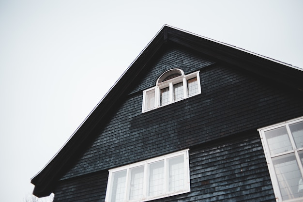 黒いコンクリートの家をクローズアップ