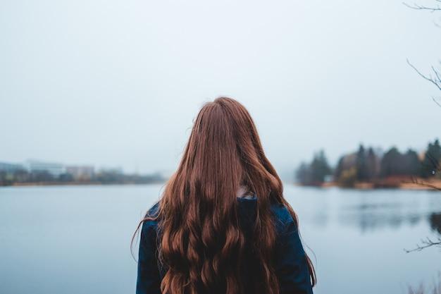水の青い体を探している女性