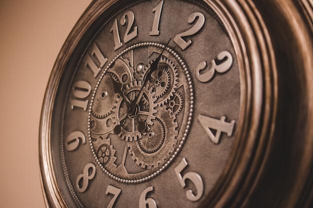 ブラウンの木製丸型アナログ時計