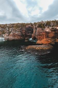 昼間の水の体に茶色の岩の形成