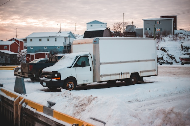 Белая коробка грузовик на стоянке