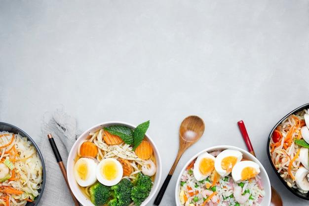 Вкусная и здоровая азиатская еда на сером текстурированном фоне с копией пространства