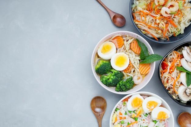 コピースペースと灰色の織り目加工の背景に美味しくて健康的なアジア料理