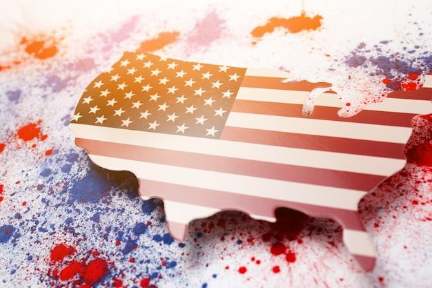 赤と青のホーリー色の粉末の抽象的な爆発、アメリカ独立記念日を記念するマップ