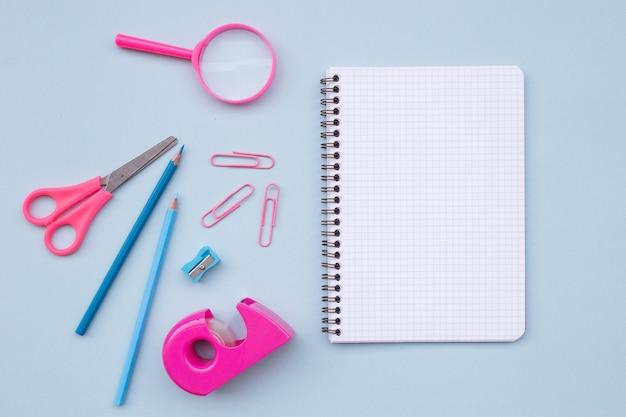 Пустой ноутбук с красивыми элементами для обратно в школу на светло-голубом фоне