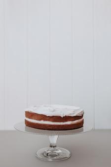 白い背景を持つ美しいウェディングケーキ
