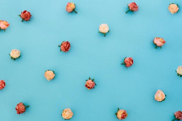 青い背景にバラのパターン