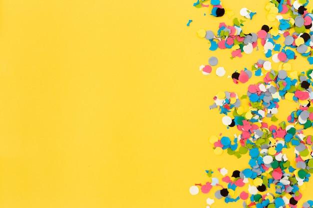 黄色の背景に紙吹雪