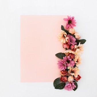 Розовая рамка с цветами вокруг