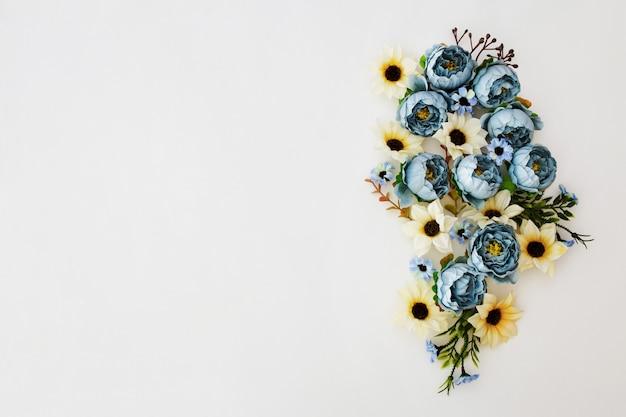 白地にブルーの牡丹の花の芽から成っている花のフレームの花輪
