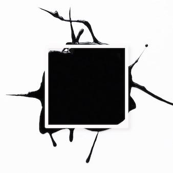 白地に黒のスプラッタと抽象的なフレーム