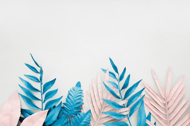 白地に鮮やかな大胆な色のピンクとブルーの熱帯ヤシの葉。