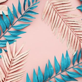 ピンクの背景に熱帯の青とピンクのヤシの葉
