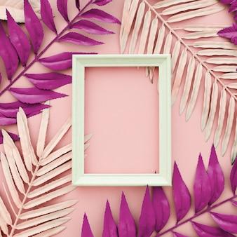白いフレームとピンクの背景に染められたピンクの葉