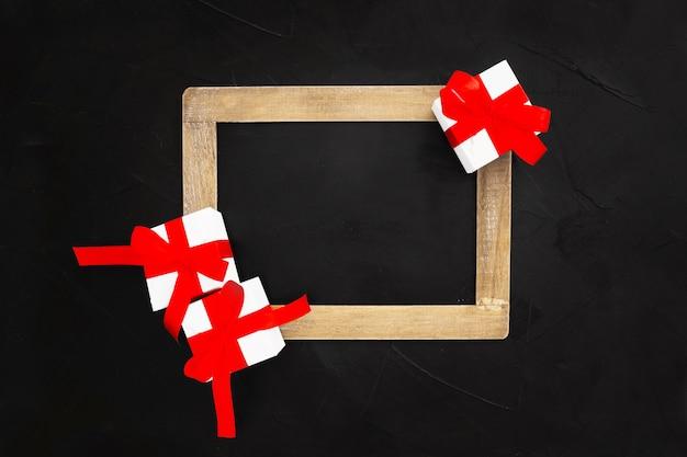 黒い背景にクリスマスプレゼントと黒板