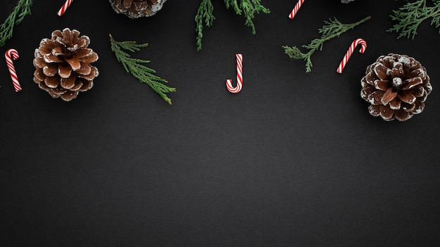 黒の背景にクリスマスの要素