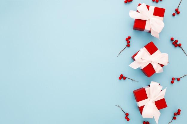Красные рождественские подарки с белой лентой