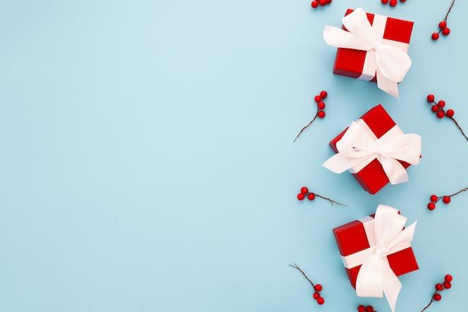 白いリボンと赤いクリスマスプレゼント