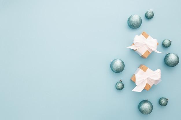 明るい青の背景にクリスマスの飾り