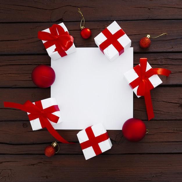 クリスマスボックスとコピースペースを持つ空白の紙