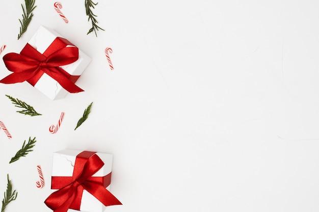 クリスマスの飾りで作られた背景