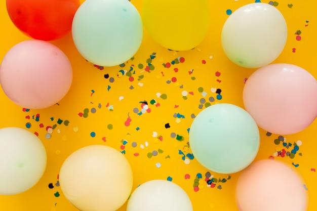 紙吹雪と黄色の風船でパーティー