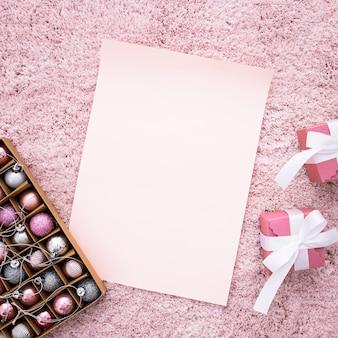 ピンクのカーペットの上の贈り物と結婚式の組成