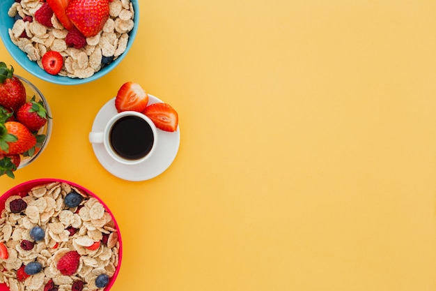 Вкусный здоровый завтрак с чашкой кофе на желтом фоне