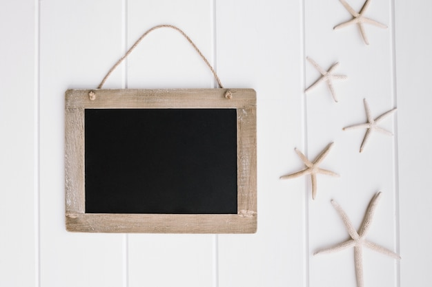 白い背景の上に素敵なヒトデとの美しい黒板