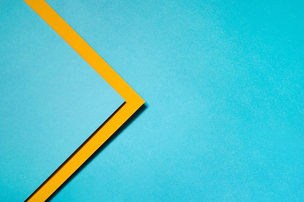 青と黄色の段ボールで作られた幾何学的構成