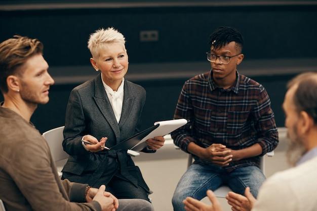 Деловые люди обсуждают планы на будущее