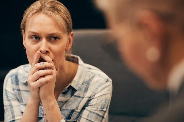 心理学者のオフィスで動揺の女性