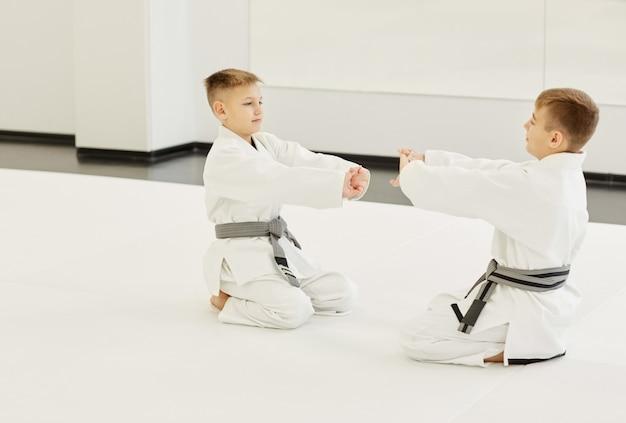 Мальчики тренируются перед тренировкой