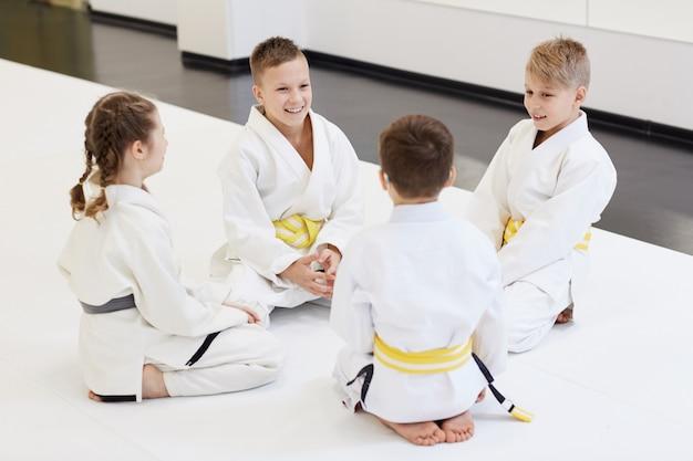 Группа детей, занимающихся каратэ