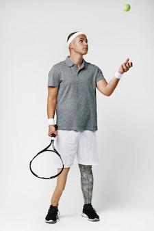 Человек играет в теннис
