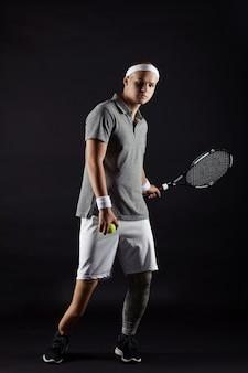 Паралимпийский спортсмен играет в теннис