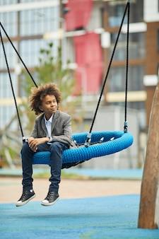 遊び場で遊んでいるアフリカの少年