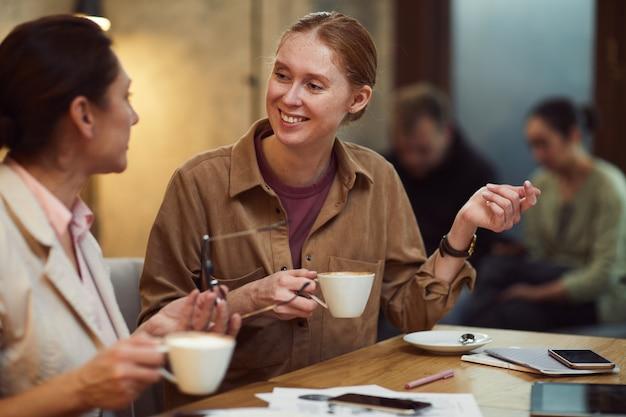 Коллеги пьют кофе в кафе