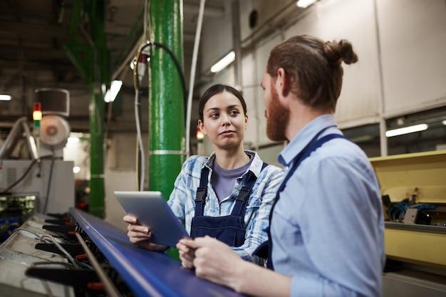 Рабочие работают на заводе
