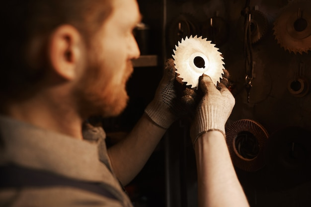 Работник работает с металлическими деталями