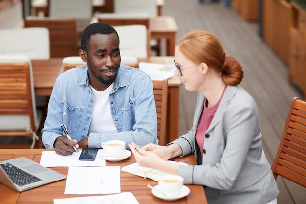 Бизнес коллеги обсуждают новые планы