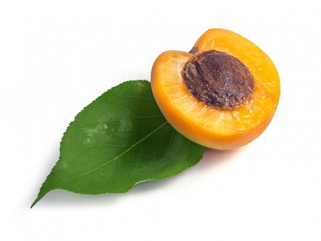Свежие желтые абрикосы с зеленым листом