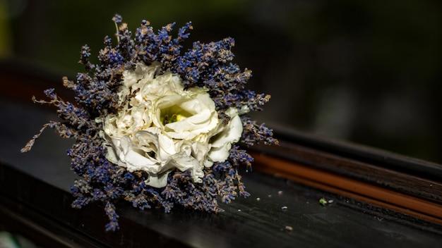 ラベンダーの花束と白いバラ