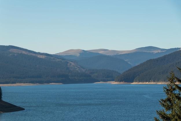 大きな湖と丘