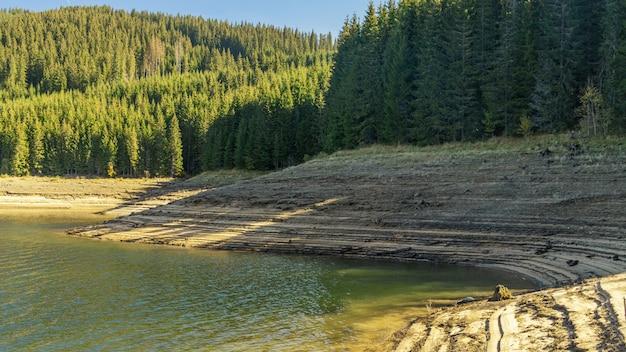 層状の湖岸