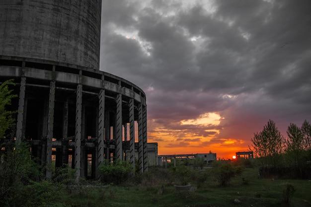 工業ビルと夕日のシーン