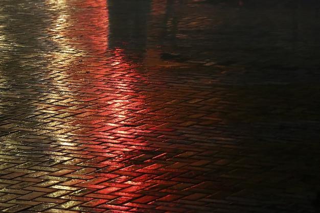 濡れた舗装の美しい光