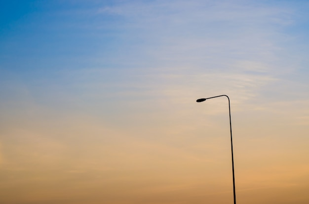 Уличный фонарь на закате на фоне неба